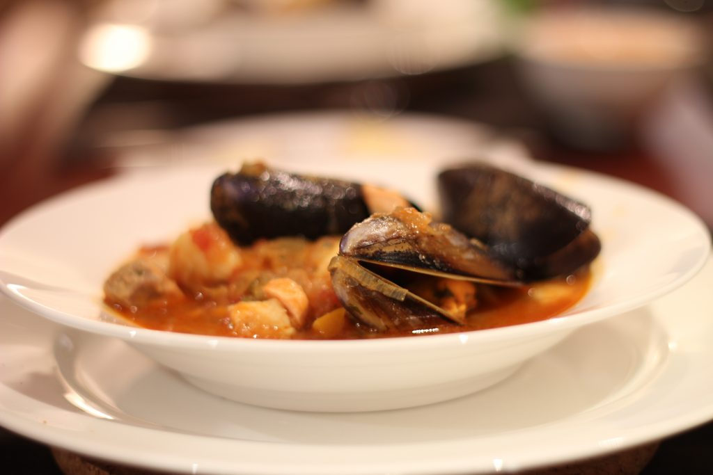 assiette de bouillabaisse soupe de poissons plat typiquement marseillais