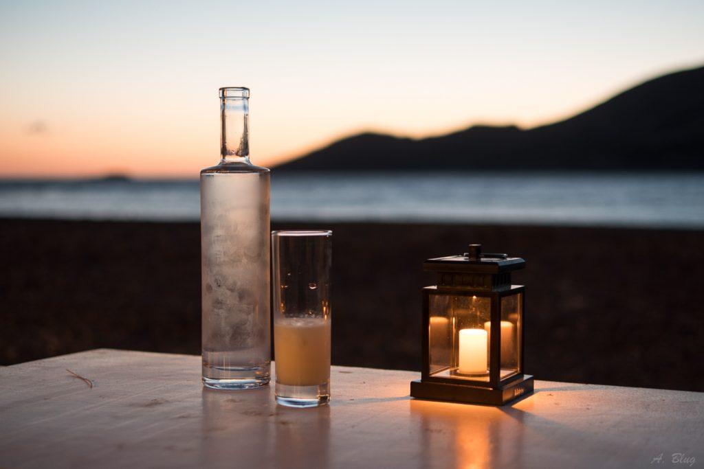 Apéritif verre de Pastis en bord de mer